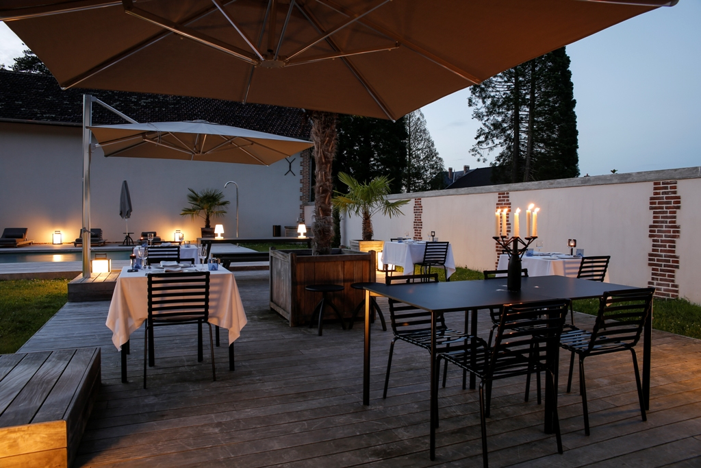 dinner outside at ch teau de la resle ch teau de la resle. Black Bedroom Furniture Sets. Home Design Ideas